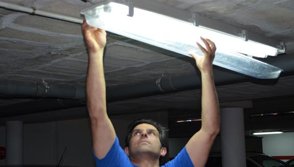 Servicio de mantenimiento de comunidades de Electricidad a mano