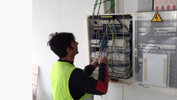 Servicio de talleres y garajes de Electricidad a mano